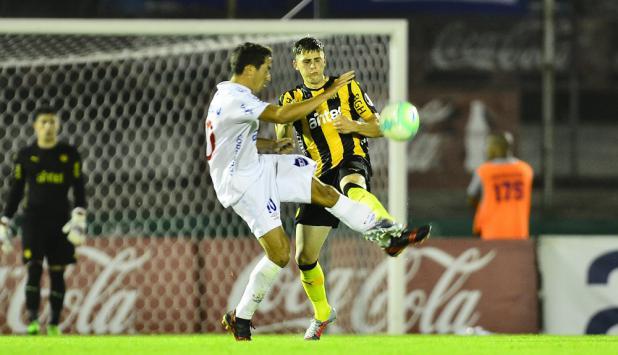La falta de Carlos de Pena a Giovanni González. Foto: Gerardo Pérez
