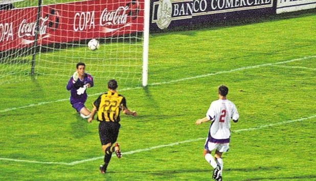 El gol de Bizera para el título en 2003. Foto: Archivo El País