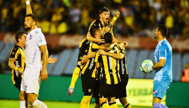 La celebración aurinegra tras el gol de Maxi Rodríguez. Foto: Archivo El País