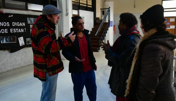 Juan, Robert y otros dos integrantes del colectivo reunidos en Ciencias Sociales. Foto: Francisco Flores