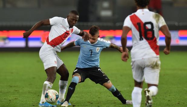Brian Lozano - Uruguay vs. Perú. Foto: AFP
