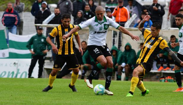 Peñarol empató con Racing 3 a 3 en el Parque Artigas de Las Piedras. Foto: Francisco Flores.