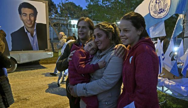 "Luis Lacalle Pou se saca una foto con simpatizantes. Sartori ""observa"" la escena. Foto: Darwin Borrelli"
