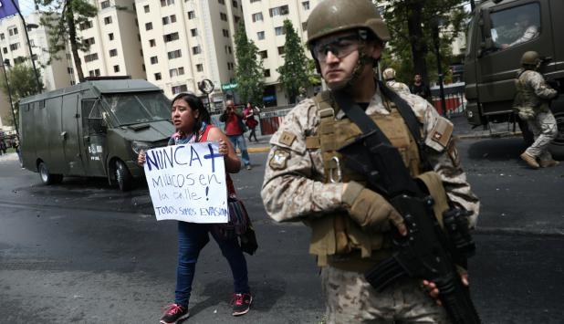 Militares desplegados en las calles de Santiago de Chile. Foto: Reuters