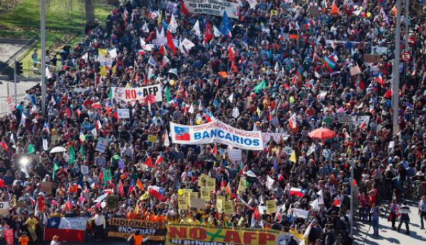 Protestas en Chile en 2016 contra sistema de pensiones. Foto: AFP