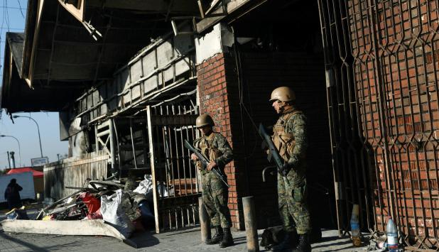 Militares custodian línea de metro en Chile. Foto: Reuters