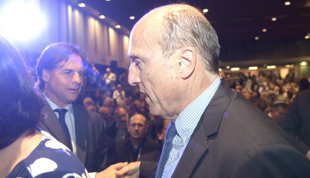 """Un día antes del debate, los candidatos Luis Lacalle Pou y Daniel Martínez se vieron anoche en el 81 aniversario de """"La noche de los cristales rotos"""". Foto: Marcelo Bonjour"""