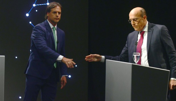 Luis Lacalle Pou y Daniel Martínez en el debate previo al balotaje. Foto: Fernando Ponzetto