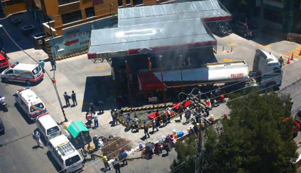 Incidentes en Bolivia durante la liberación de combustibles. Foto: Reuters