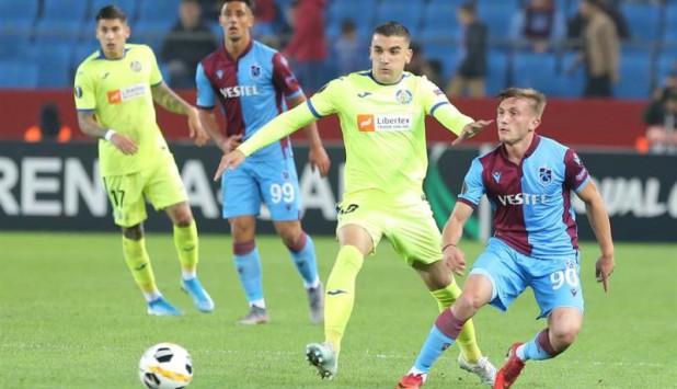 Mauro Arambarri y Mathías Olivera en acción en el duelo entre Trabzonspor y Getafe. Foto: EFE