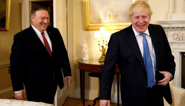 Mike Pompeo y Boris Johnson. Foto: AFP