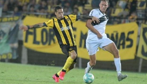 Luciano Nequecaur disputa la pelota ante Jesús Trindade. Foto: Marcelo Bonjour.