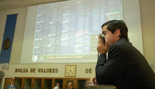 Inversores: algunas de las empresas que emitieron deuda en la Bolsa de Valores están convocando a asamblea de accionistas para renegociar las condiciones de pago. Foto: Fernando Ponzetto - Archivo El País