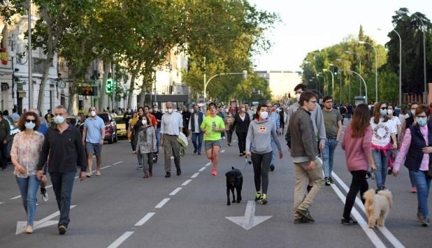 Madrid: los habitantes de la capital española tratan de aprovechar al máximo las horas permitidas para salir a la calle. Foto: AFP