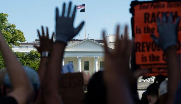 Manifestantes protestas por la muerte e George Floyd. Foto: AFP