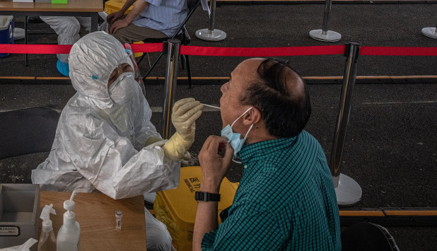 Test de coronavirus en China. Foto: EFE
