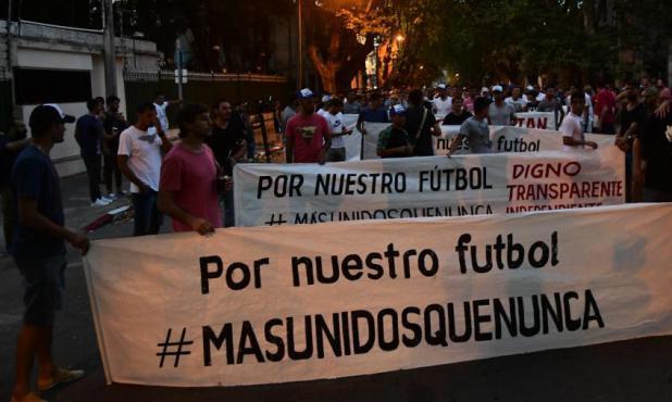 La primer marcha de Más Unidos Que Nunca hacia la Mutual. Foto: Marcelo Bonjour
