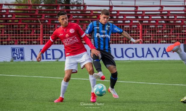 Rentistas y Liverpool igualaron 1-1 en el regreso del fútbol uruguayo. Foto: Damián Pintos.