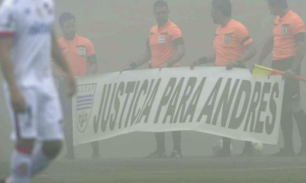 Justicia para Andrés: el mensaje de los árbitros del fútbol uruguayo. Foto: Leonardo Mainé / El País
