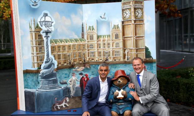 Alcalde de Londres junto al actor Hugh Bonneville y el Oso Paddington