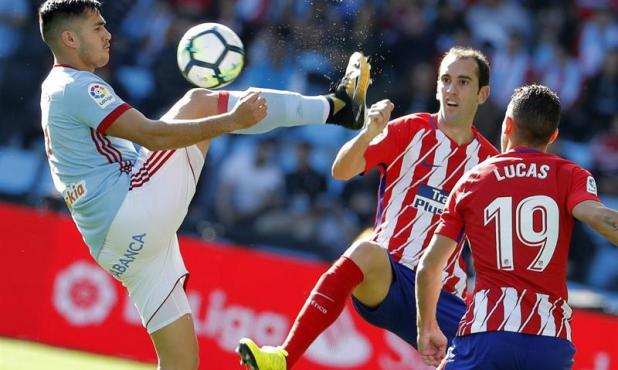 Maxi Gómez intent bajar la pelota ante la marca de Godín. Foto: EFE