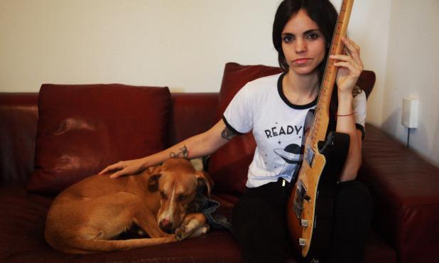 Retrato de la cantante Loli Molina en su casa de Montevideo. Foto: Mateo Vázquez