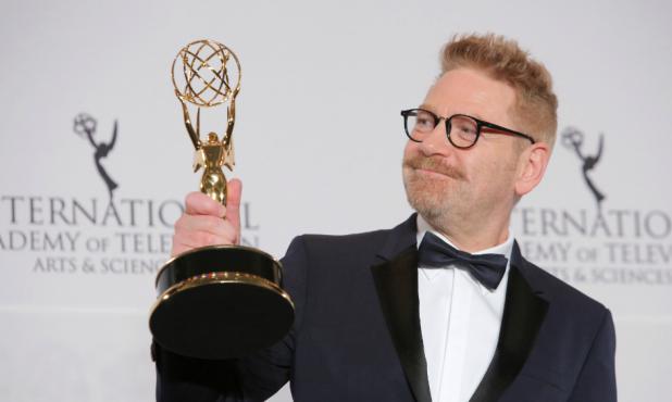 Kenneth Branagh con su Emmy Internacional por la serie Wallander