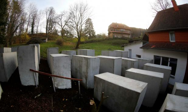 Intervención frente a la casa del líder neonazi Björn Höcke. Foto: Reuters.