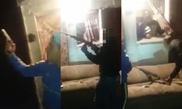 Los jóvenes disparan al aire con una metralleta, una pistola y un fusil. Foto: Captura de video