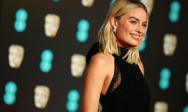 Margot Robbie, una belleza en los Oscar británicos