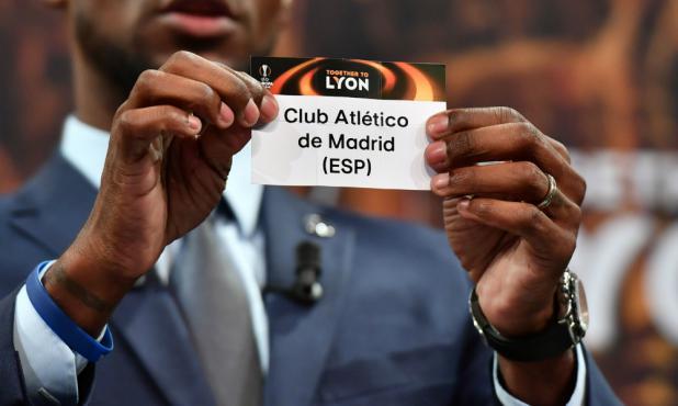 Eric Abidal en el momento de mostrar el papel con el nombre de Atlético de Madrid
