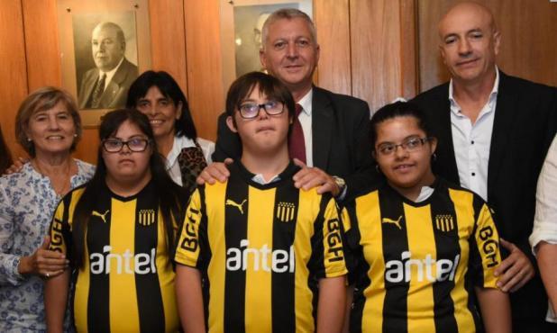El Consejo Directivo con integrantes de los planteles de Peñarol Inclusivo. Foto: @OficialCAP.