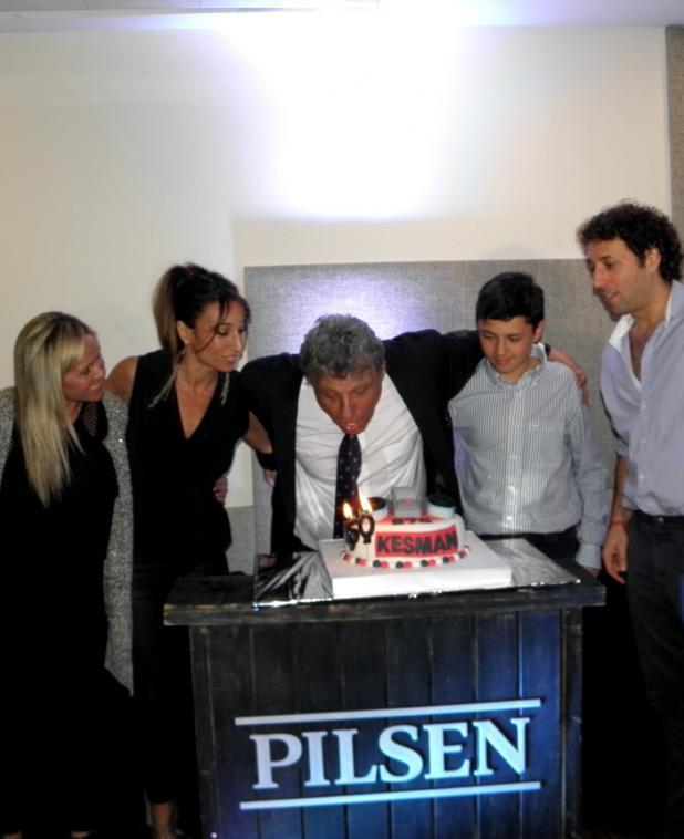 Kesman junto a su esposa María José, sus hijos Martín y Yanina y su nieto Franco.
