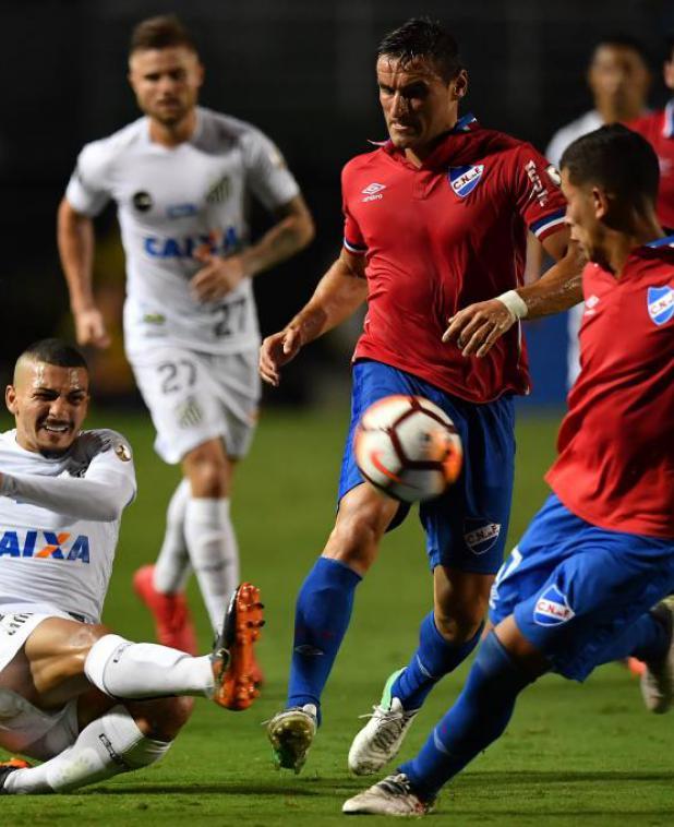 Gonzalo Bergessio en el partido entre Santos y Nacional. Foto: AFP