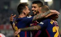 El abrazo de Luis Suárez con Lionel Messi y Aleix Vidal. Foto: AFP