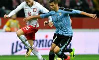 """Bentancur. El jugador de la """"Juve"""" maneja la pelota en un partido donde no mostró su mejor versión. Foto: AFP"""