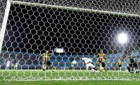 La jugada de la polémica de la noche entre Peñarol y Defensor. Ramón Arias la sacó en la línea. Foto: Gerardo Pérez