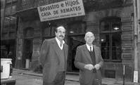 Héctor Bavastro y su hijo Pepe, frente al remate de la calle Misiones. Foto: Archivo El País