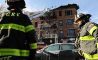 Bomberos trabajan frente al edificio incendiado. Foto: AFP