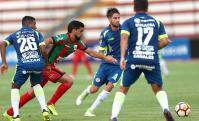 De León. El defensa se debate entre Baglivo y Canales. Fue en el la altura de Cajamarca. Foto: EFE