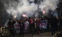 Jóvenes italianas en la marcha del 8M en Milan. Foto: AFP.