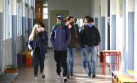 """La """"nueva normalidad"""" copó la vuelta a clases presenciales en el Liceo N° 1 de Maldonado. Foto: Ricardo Figueredo"""